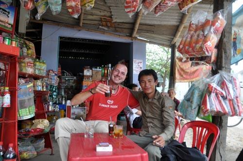 Bild: Gerhard und Duc beim Kaffee-Trinken in Vietnam