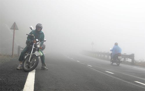 Bild: Motorrad in den Bergen Vietnams mit Nebel