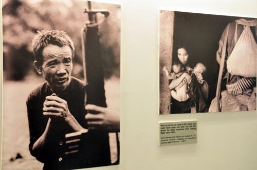 Bild: Ausgestellte Fotografien im War Remnants Museum in Ho-Chi-Minh Stadt