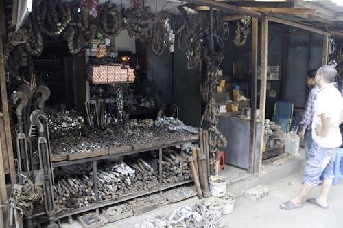 Bild: Eisenwaren-Stand am Markt in Can Tho