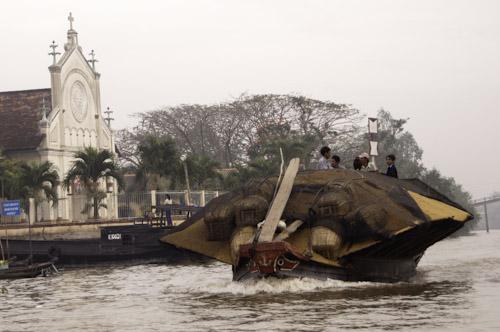Bild: Beladenes Boot vor einer Kirche in der Nähe von Vinh Long im Mekong Delta