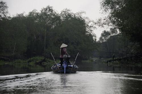 Bild: Kanal und Bootsführerin im Mekong-Delta