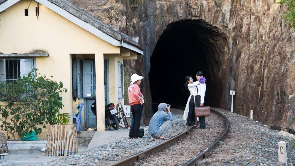 Hochzeitsfotograf auf den Gleisen in Vietnam