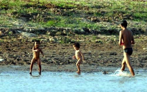 Bild: Kinder am Bassac-Fluss in Kambodscha