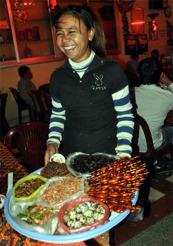 Bild: Schlangen-Snack-Verkäuferin in Phnom Penh