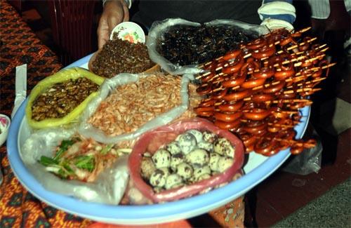 Bild: Schlangen-Snacks, Käfer & Co. in Phnom Penh