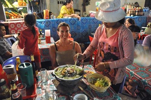Bild: Ulrike beim Khmer-BBQ in Siem Reap