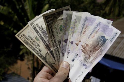 Bild: Geld in Kambodscha: US-Dollar und Riel
