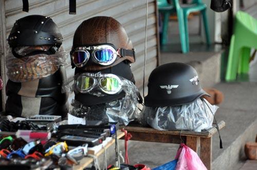 Bild: Helm mit Hakenkreuz als Souvenir in Thailand