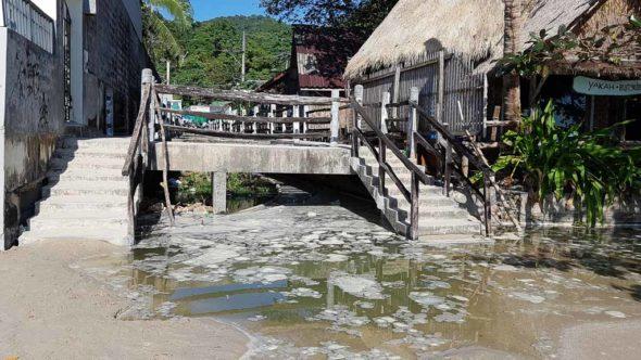 Abwässer am Strand beim Abgang vom 7eleven und KC-Resort zum White Sand Beach