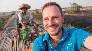 Gerhard Liebenberger alias Andersreisender am Bambuszug in Kambodscha
