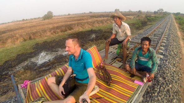 Bambuszug in Kambodscha bei Battambang