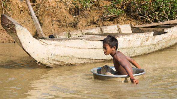 Vom Boot Battambang - Siem Reap gibt es ungewöhnliche Eindrücke, wie z.B. dieser Junge in der Waschschüssel