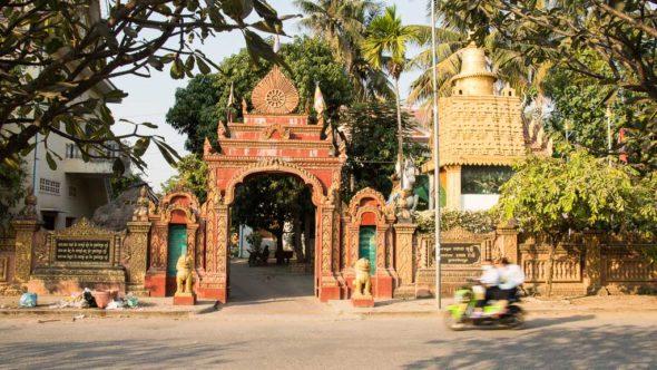 Eingang in die Damrey Sor Pagode in Battambang