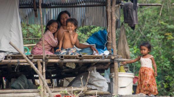 Familie am Sangker bie Battambang in Kambodscha