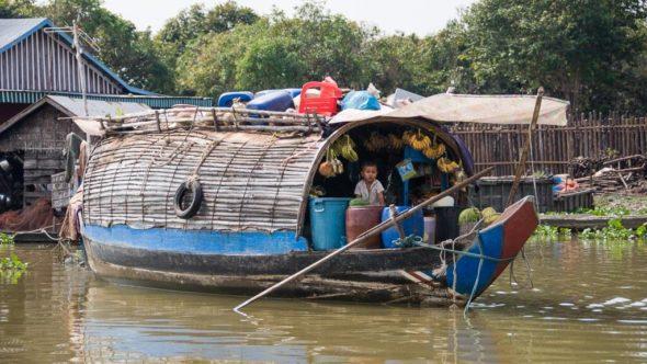 Händler auf einem Boot bei den schwimmenden Dörfern in Kambodscha