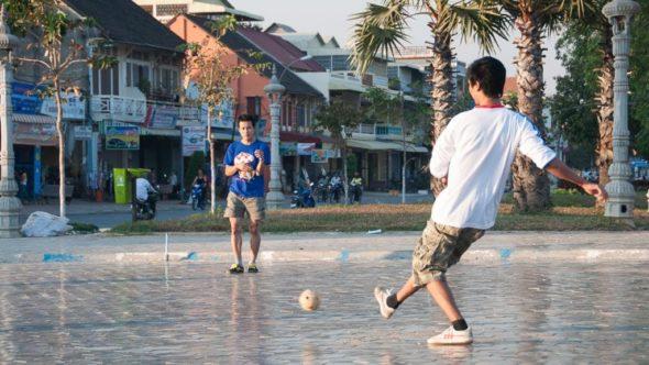 Jugendliche spielen Fußball in Battambang