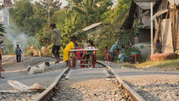 Kind spielen auf den Gleisn in Battambang - Kambodscha