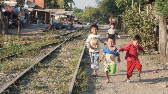 Kinder im Bahnhof Battambang im Jahr 2011