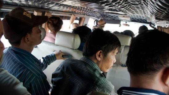 Mini-Busse fahren bis in die entlegensten Gegenden Kambodschas