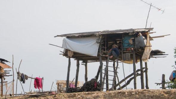 Pfahlhaus am Fluß Sangker in Kambodscha