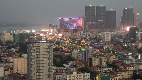 Blick auf Phnom Penh bei Nacht