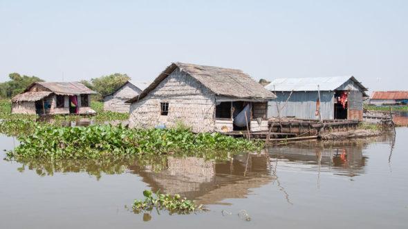 Schwimmendes Dorf in Kambodscha am Fluß Sangker