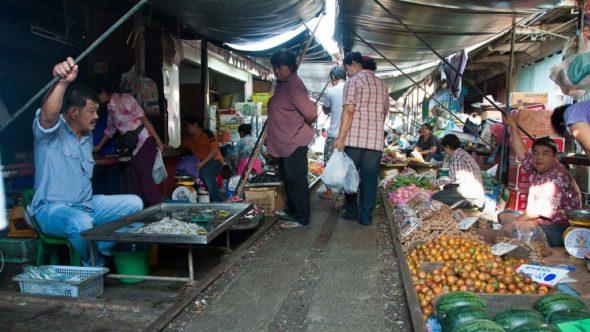Mae Klong Eisenbahn-Markt in Thailand