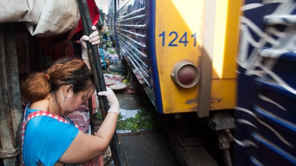 In Mae Klong fährt der Zug durch den Markt