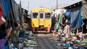 Mae Klong: Zug fährt durch den Markt