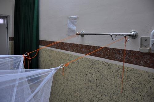 Bild: Es gibt fast immer Möglichkeiten um ein Moskitonetz in einem Raum zu befestigen