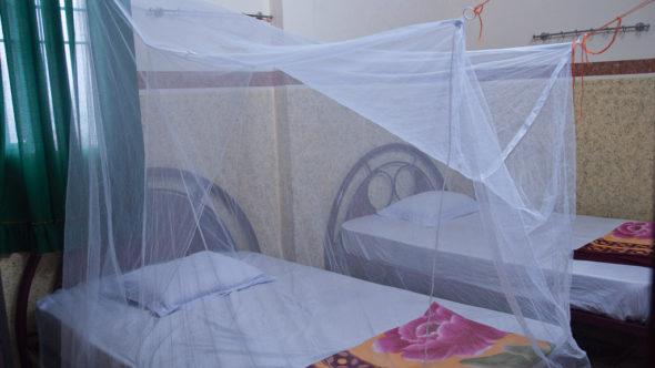 Rechteckiges Mückennetz in einer einfachen Unterkunft in Vietnam.