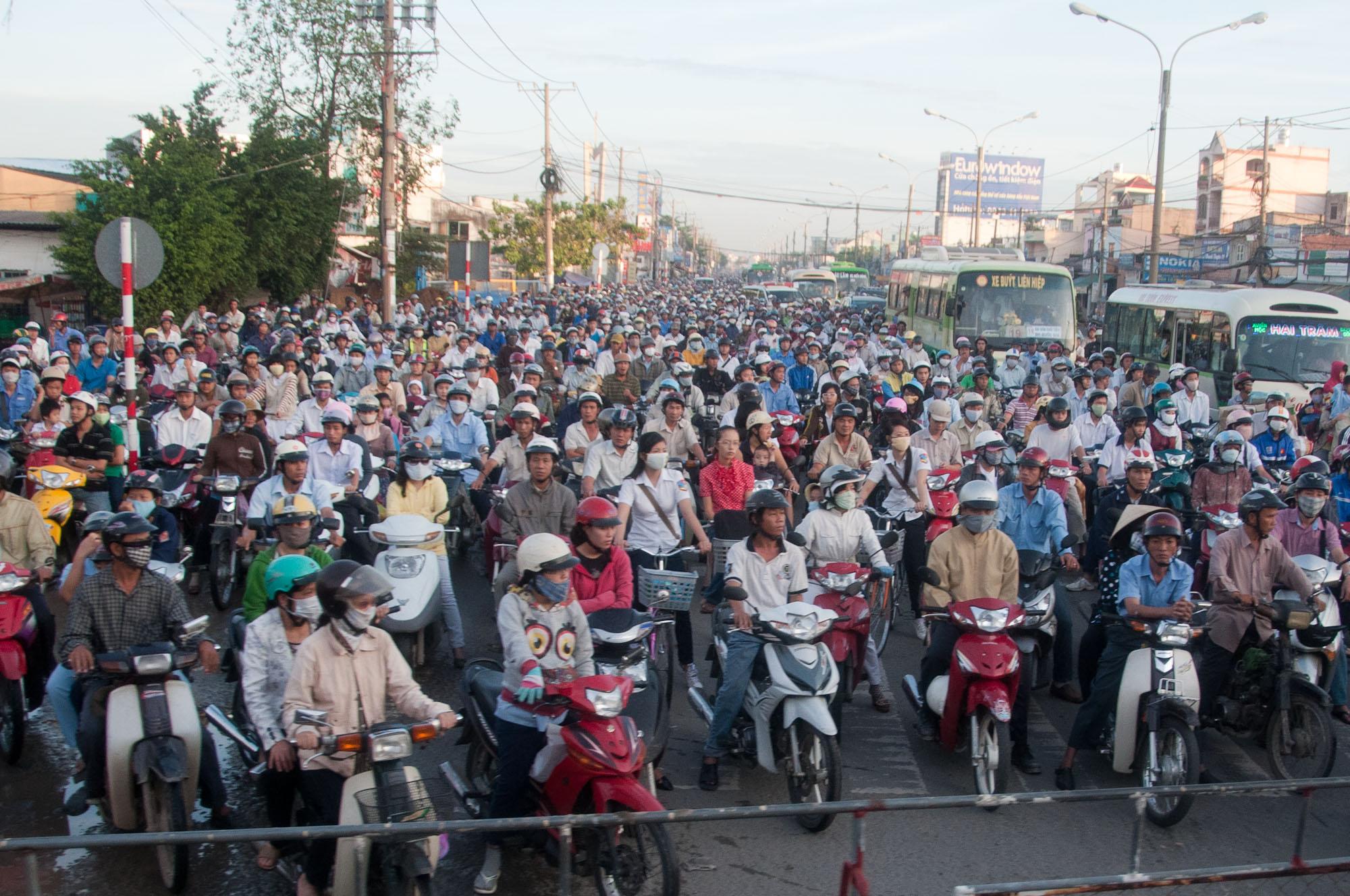 Bild: Mopeds in Ho-Chi-Minh-Stadt am Bahnschranken - Vietnam