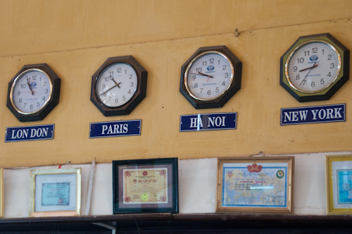 Bild: Weltzeituhr im Bahnhof Da Lat in Vietnam