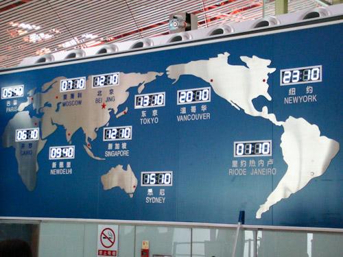 Bild: Digitale Weltzeituhr am Beijing International Airport