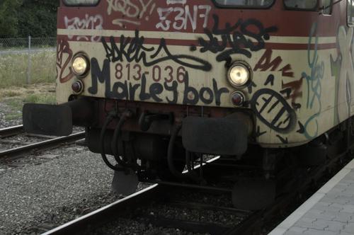 """Bild: Grafitti """"Marleybor"""" auf slowenischen Dieseltriebwagen"""