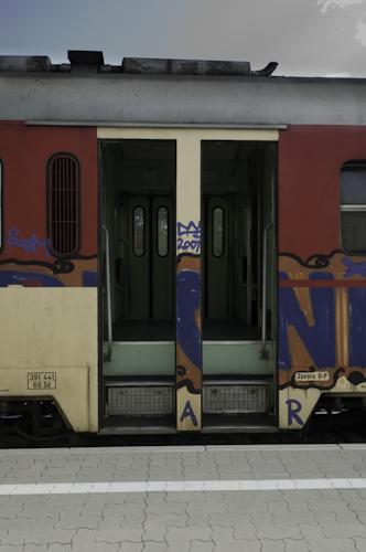 Bild: Slowenischer Dieseltriebwagen - Einstieg
