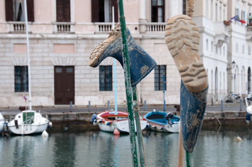 Bild: Fischer-Stiefel im Hafen von Piran