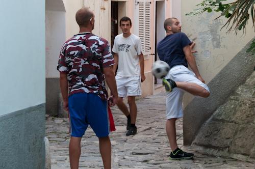 Bild: Fußballspiel in den Gassen von Piran