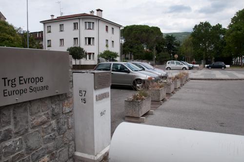 ild: Grenze zwischen Gorizia und Nova Gorica am Bahnhofsvorplatz