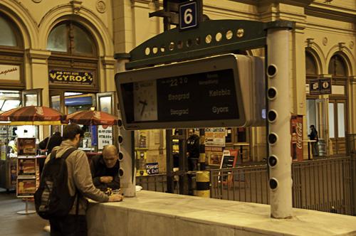 Bild: Bahnsteiganzeige Budapest Keleti pu