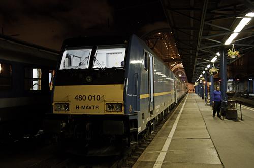 Bild: Ungarische Lokomotive vor dem Nachtzug Budapest - Belgrad