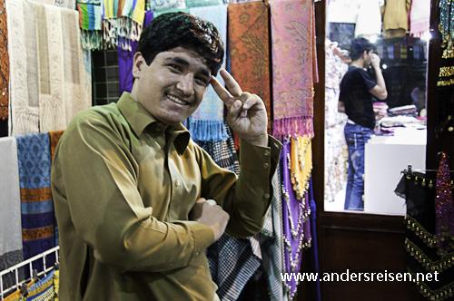 Bild: Textilverkäufer im Souq in Deira