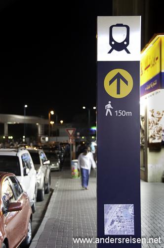 Bild: Hinweisschild zur Metro Dubai
