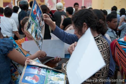 Bild: Gedränge um Bilder als Andenken an Nordom Sihanouk