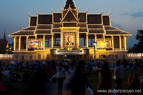 Bild: Tage vor dem Begräbnis trauern Tausende vor dem Königspalast