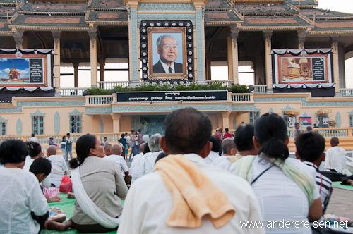 Bild: Trauernde vor dem Königspalast in Phnom Penh