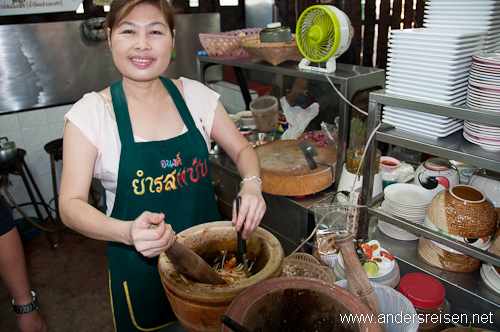 Bild: Grüner Papaya Salat wird im Mörser zubereitet