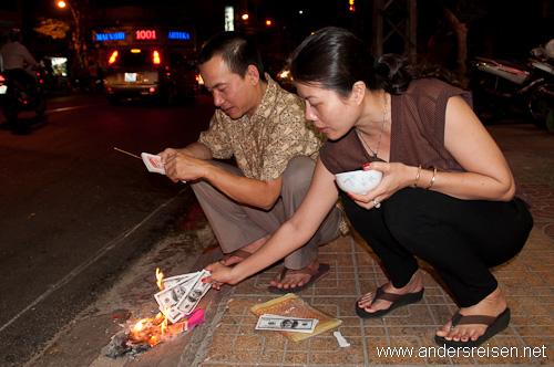 Bild: Geld verbrennen für die Ahnen beim Tet-Fest