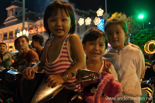 Bild: Kinder warten beim Tet-Fest gespannt auf Mitternacht